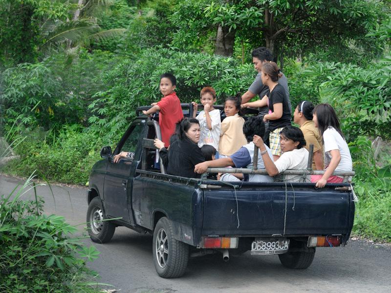 Надев парадные футболки, граждане направляются на деревенскую свадьбу. Посетим же и мы сие захватывающее мероприятие.
