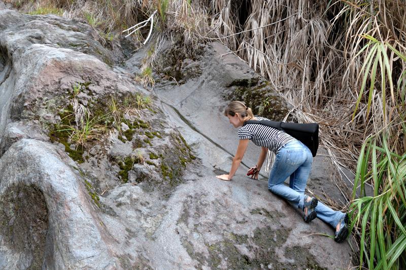 Вулкан Локон (Lokon) — благообразного вида вспученность высотой в морскую милю. Детеныши до сей поры никогда не были ни в кальдере, ни в кратере вулкана, вот и решили мы приобщить молодежь к прекрасному. Спутниковые снимки обещали полный комплекс удовольствий — зеленые лужайки, желтые фумаролы, изумрудное озеро кислоты и легкий дымок спящего вулкана. Но или спутник смотрел не туда, или вулкан проснулся не вовремя...