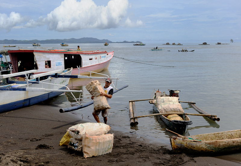 Песок на Сулавеси черный вулканический, резко контрастирует с белым коралловым песком мелких рифовых островков вдоль побережья.