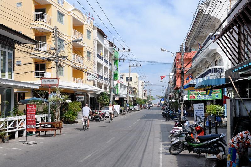 А это уже традиционный туристический муравейник — Хуа Хин. Забавный городишко, наиболее интересный с гастрономической точки зрения.
